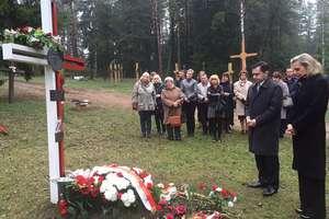 Anna Maria Anders uczciła w Kuropatach pamięć ofiar represji stalinowskich