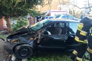 36-latka wjechała w ogrodzenie... Okazało się, że nie ma prawa jazdy i była pijana