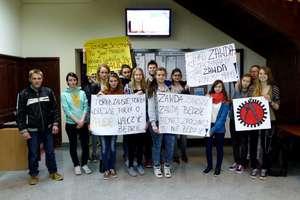 Uczniowie protestowali w Starostwie Powiatowym w Mrągowie