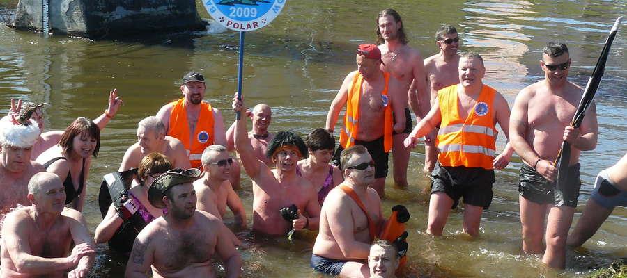 Morsy z klubu Polar po pierwszym pływaniu w Łynie, w 2014 r.