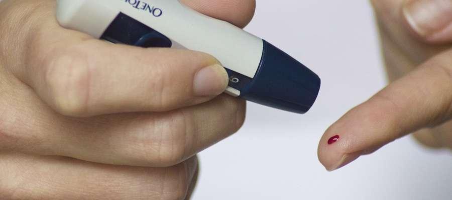 Dzięki glukometrowi chorzy na cukrzycę mogą samodzielnie sprawdzać poziom cukru we krwi.
