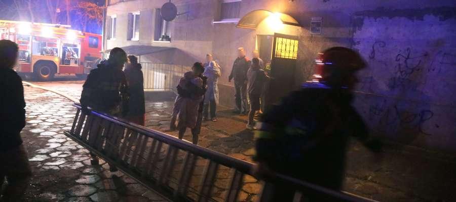 W listopadzie w olsztyńskim samotniaku wybuchł pożar, jedna osoba zginęła, dwie przewieziono do szpitala. Budynek ma w mieście złą sławę
