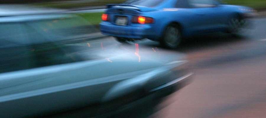 """Pijany uciekał """"pożyczonym"""" samochodem i ominął blokadę policyjną. Zatrzymał się dopiero, gdy się zakopał"""