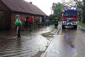 Intensywne opady deszczu spowodowały podtopienia w Rogitach