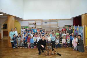 Policyjny przewodnik psów służbowych spotkał się z dziećmi
