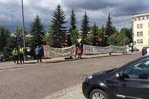 Domagają się zapłaty zaległego wynagrodzenia. Kolejna pikieta w Olsztynie. Jest odpowiedź samorządu!