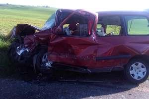 Czołowe zderzenie samochodów, poszkodowani trafili do szpitali