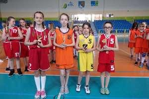 Koszykarki z TRÓJKI uczciły dzień patrona szkoły na sportowo