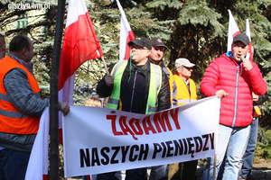 Piąty protest pod Urzędem Marszałkowskim w Olsztynie. Pracownicy wciąż bez pieniędzy za sieć szerokopasmową