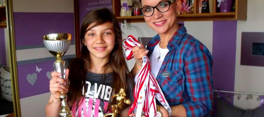 Gabrysia i jej mama Agnieszka prezentują zdobyte trofea