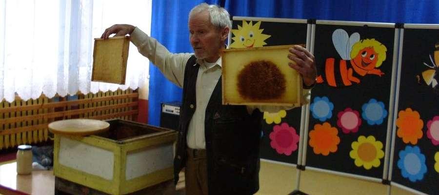 Jednym z gości przedszkolaków był Tadeusz Piwowarczyk, pszczelarz