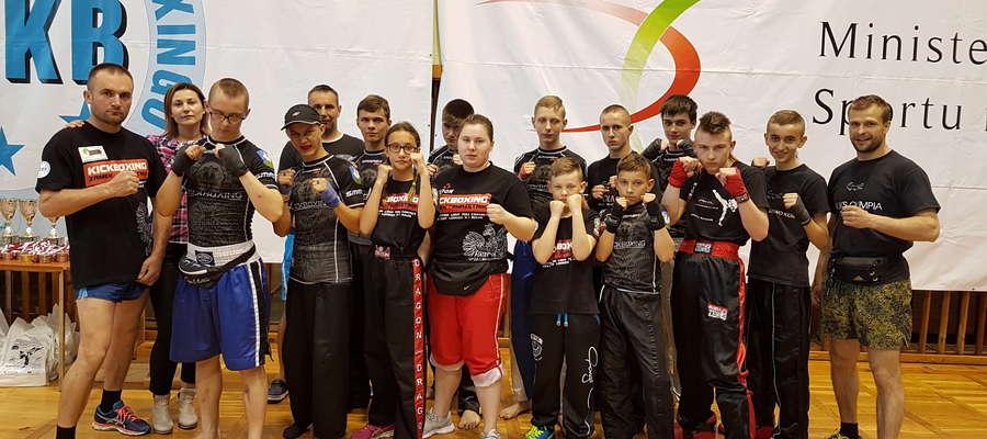 Uczestnicy zawodów w Lesznie z przyjaciółmi