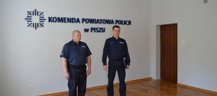 Nowym komendantem Komisariatu Policji w Rucianem-Nidzie został podkom. Jacek Kępiński (z lewej)