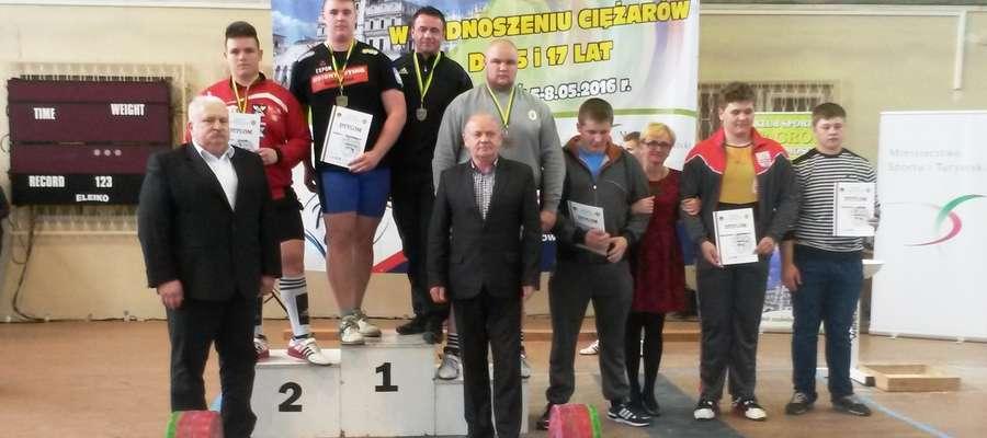 Przemysław Garbicz ze złotym medalem na najwyższym stopniu podium