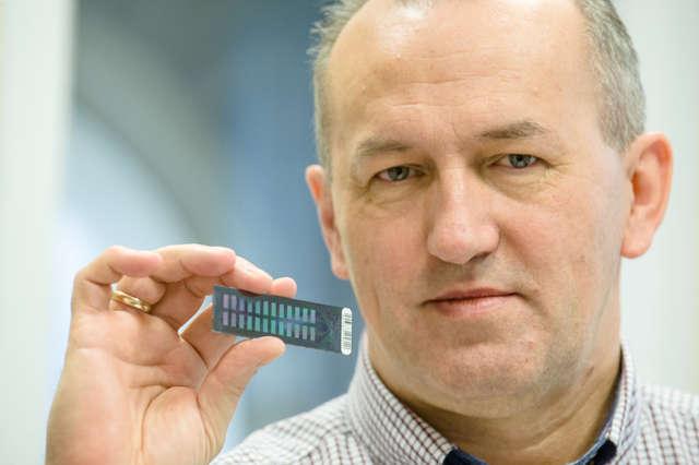 Prof. Stanisław Kamiński i chip DNA