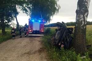 Opel uderzył w drzewo. Kierowca trafił do szpitala