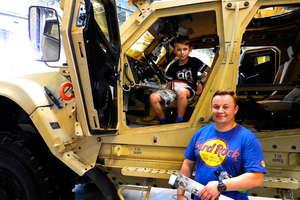 Można zasiąść w kabinie śmigłowca, nowoczesnego pojazdu wojskowego, dotknąć broni...