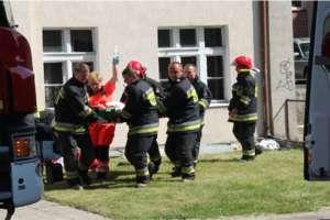 Kobieta wypadła z okna na drugim piętrze. Straciła przytomność