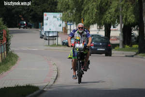 Jedzie rowerem z Londynu do Kłajpedy aby pomóc chorym na raka dzieciom