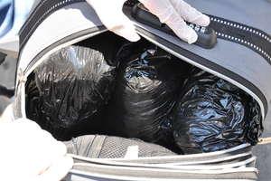 Antyterroryści w Ostródzie. Z dwóch samochodów wyciągnęli dilerów i prawie trzy kilogramy narkotyków