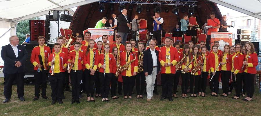 Młodzieżowa Orkiestra Dęta z Kurzętnika po zakończeniu koncertu festiwalowego w Dzietrzkowicach
