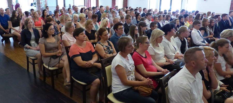 Zebrani w sali w Brzoziu Lub. goście
