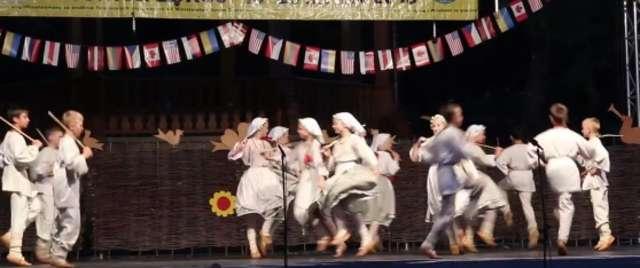 Popatrzcie jak tańczą te dzieci: Zespół Tańca Ludowego Jutrzenka z Niemenczyna  - full image