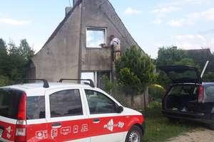Pożar instalacji elektrycznej w domu w Ramsówku. Strażacy uratowali rodzinę i... wymienili przewody!