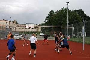 Dużo emocji i dobra zabawa - turniej siatkówki w Baniach Mazurskich