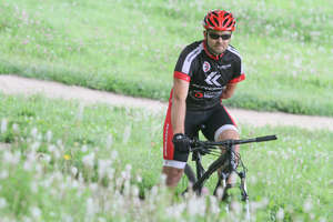Uprawia kolarstwo górskie i ściga się w maratonach, choć nie ma jednej ręki