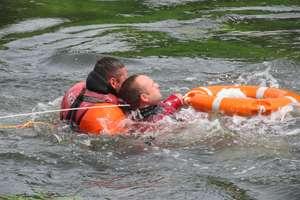 Strażacy ćwiczyli na Łynie ratowanie ludzi z rzeki