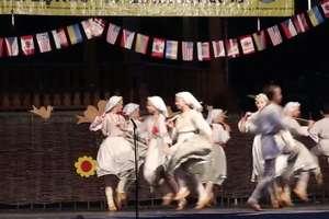 Popatrzcie jak tańczą te dzieci: Zespół Tańca Ludowego Jutrzenka z Niemenczyna