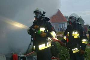 Strażacy gasili pożar zamieszkałej przybudówki w Pleśnie