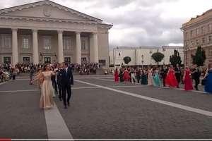 Maturzyści z Wilna zatańczyli poloneza wileńskim placu Ratuszowym