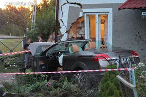 Kabrioletem wypadli z drogi i wjechali prosto w dom w Lutrach. Uciekinierzy zgłosili się na policję