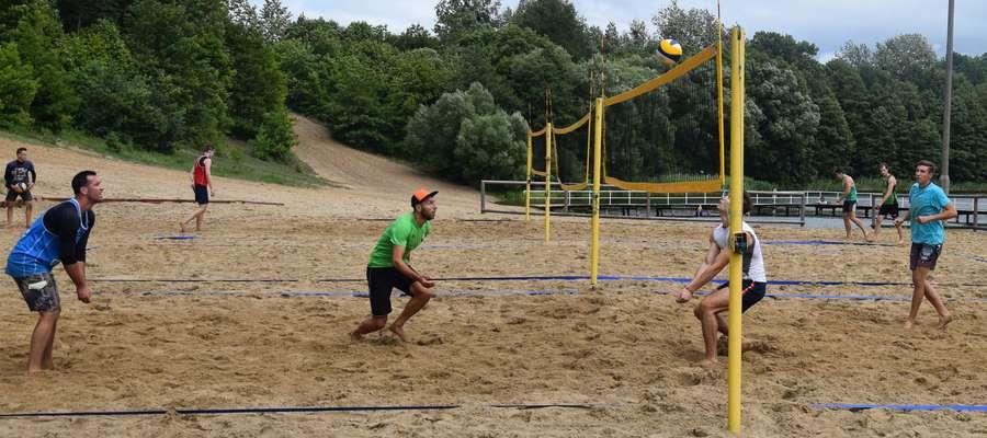 W pierwszym turnieju na plaży nad jeziorem Sajmino wystartowało 11 par