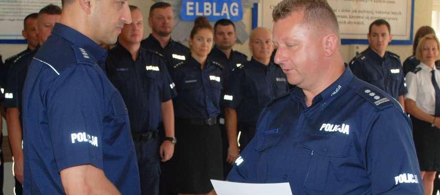 Marcin Grabowski (z lewej) odbiera nominację od Krzysztofa Konerta Komendanta Miejskiego Policji w Elblągu