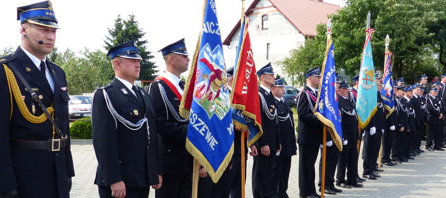 Druhowie z jednostki w Tereszewie i delegacje z zaprzyjaźnionych OSP
