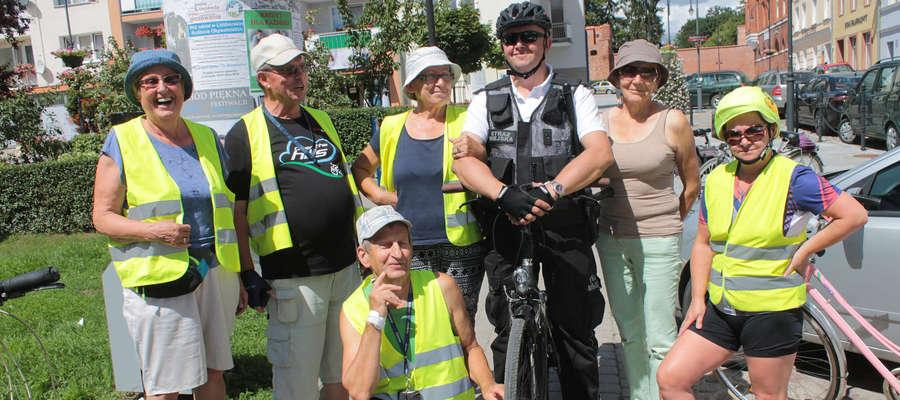Strażnik miejski z Lidzbarka Warmińskiego cierpliwie tłumaczył turystom jak dojść, dojechać, dotrzeć do najciekawszych miejsc w mieście.