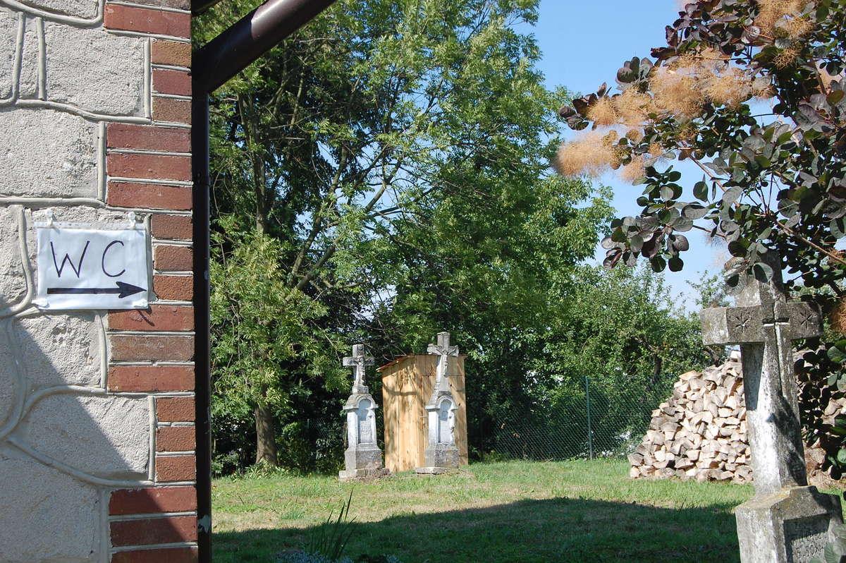 Kibel na cmentarzu - full image