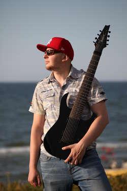 Muzyka była obecna w jego życiu od zawsze i zawsze wiedział, że będzie to naturalna droga