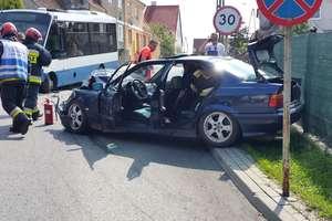 Uderzył w autobus miejski i zbiegł z miejsca wypadku. Sprawcy wciąż szuka policja