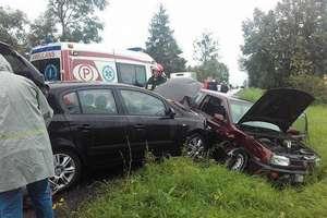 Zderzenie trzech samochodów i czołówka. Niebezpieczna środa na drogach