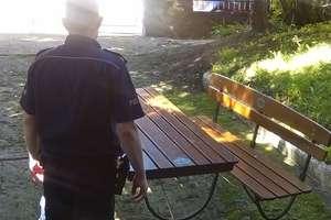 Niósł na plecach stół ogrodowy, w domu miał ławkę. Powoli okradał bar...