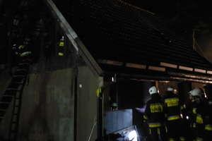 W nocy w Szyldaku płonął dom. Dwie osoby zdążyły uciec przed ogniem
