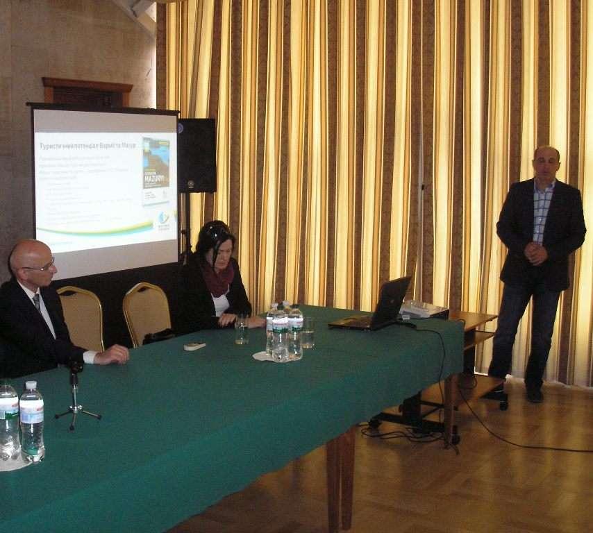 Walory turystyczne Warmii i Mazur prezentowali w Kijowie m.in. Jarosław Klimczak, prezes Warmińsko-Mazurskiej Regionalnej Organizacji Turystycznej (stoi), oraz Justyna Szostek, dyrektor biura W-MROT w Olsztynie - full image