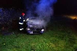 W Lipowinie ktoś celowo podpalił wrak samochodu osobowego?