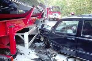 Jeep uderzył w ciężarówkę na łuku drogi [zdjęcia]