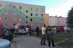 Pożar w bloku przy ul. Rynek. Strażacy ewakuowali mieszkańców [FILM]