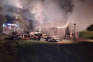 Pożar wybuchł w nocy. 30 strażaków walczyło z żywiołem